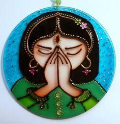 Mandala em acrílico de 15cm de diâmetro, pintura vitral, decorada com pedrinhas acrílicas coloridas em ambos os lados.  Namastê é um cumprimento ou saudação falada no Sul da Ásia, que expressa um grande sentimento de respeito.  Utiliza-se na Índia e no Nepal por hindus e budistas. Nas culturas in...