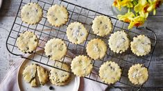 Berry's Easter biscuits Easter biscuits from Mary Berry full of currants and lemon zest!Easter biscuits from Mary Berry full of currants and lemon zest! Lemon Biscuits, Easter Biscuits, Mayonaise Biscuits, Oatmeal Biscuits, Cinnamon Biscuits, Fluffy Biscuits, Shortbread Biscuits, Cinnamon Rolls, British Baking