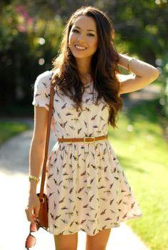Chica usando un vestido con estampados y un cinturón delgado