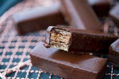Bis com Twix – biscoito wafer com chocolate e caramelo | Vídeos e Receitas de Sobremesas