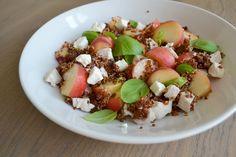 Salade van wilde perzik, rode quinoa, gekookte kipfilet, geitenkaas en basilicum