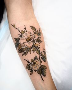 Here are flower tattoo design ideas! These tattoos are very beautiful. tattoos with flowers and small animals will have more special significance. Botanisches Tattoo, Piercing Tattoo, Piercings, Mini Tattoos, Body Art Tattoos, Sleeve Tattoos, Tatoos, Wild Flower Tattoos, Pretty Tattoos