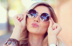 Tendências em óculos de sol verão 2016. O calor e os dias mais longos estão quase aí, por isso uns bons óculos de sol se convertem em um acessório imprescindível para ir à praia, à piscina, à montanha ou até para passear pela cidade. Além d...