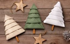 Fold napkins for Christmas ZWILLING online shop Fir trees from napkins Christmas Napkin Folding, Christmas Napkins, Christmas Crafts, Christmas Decorations, Xmas, Wedding Reception Tables, Wedding Napkins, How To Fold Towels, Champagne Corks