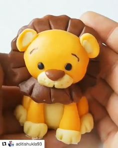 Fondant Lion King- Fondant Lion King This mini lion king creation amazed me! Credit: - Fondant Lion King- Fondant Lion King This mini lion king creation amazed me! Fondant Dog, Fondant Cake Toppers, Fondant Cakes, Fondant Giraffe, Fondant Monkey, Cake Topper Tutorial, Fondant Tutorial, Fondant Animals Tutorial, Cake Decorating Videos