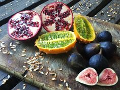Enamorada de lo lindas de las frutas que compré en la feria de frutas y verduras de Los Domínicos, Santiago, Chile. Granada, kiwano e higos.