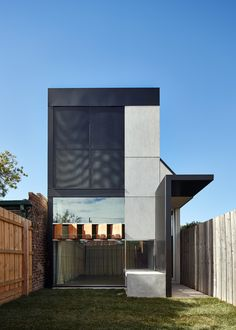 Architecture Architecture designed a small scale house in Brunswick, Melbourne, Australia. Called Dark Horse, the house measures Residential Architecture, Contemporary Architecture, Architecture Design, Luxury Modern Homes, Journal Du Design, Design Exterior, Dark House, Melbourne House, House And Home Magazine