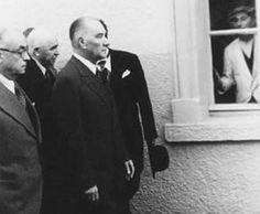 İlk defa gördüğüm ve muhtemelen pek çoğunuzu da ilk defa gördüğü bu fotoğraf, Sayın Hacı Ali Altunsoy'dan... Atamızın solundaki Afyonkarahisar Valisi Ahmet Durmuş Evrendilek, en solda, Başbakan Celal Bayar. Afyonkarahisar, 20 Kasım 1937