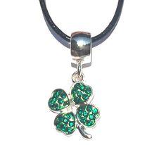 Halskette aus Leder mit Kleeanhänger