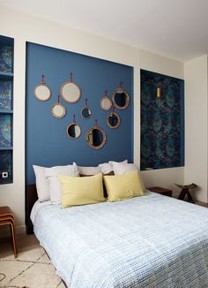 Modern Apartment in Paris with Colorful Interior Design Project Colorful Interior Design, Colorful Interiors, Bedroom Colors, Bedroom Decor, Decoracion Vintage Chic, Antique Chinese Furniture, Bookshelves Built In, Beautiful Interiors, Decoration