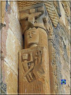 Ventana absidial de la iglesia de San Andrés, en Pedrosa de Tobalina, prov. de Burgos. La representación de la columna derecha se identifica con una arcaica y esquemática representación de la Virgen coronada. Con el niño en una mano y una flor de Lis en la otra.