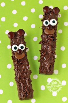 Kids will love making these super sweet and easy Chocolate Fudge Stick Bears out of store bought cookies, chocolate spread, and candy. Easy Chocolate Fudge, Homemade Chocolate, How To Make Fudge, Teddy Bear Cookies, Edible Crafts, Edible Art, Homemade Candies, Cooking With Kids, Candy Recipes
