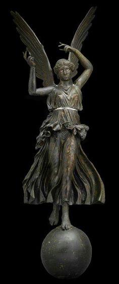"""""""I nemici avrebbero avuto la vittoria se avessero avuto chi sa vincere.""""  Giulio Cesare citato in Plutarco, """"Vita di Cesare"""", 39, 8.  (nella foto: bronzo con vittoria alata su globo, cosiddetta """"Vittoria di Fossombrone"""" o """"Vittoria di Kassel"""", I secolo a.C. Museumslandschaft Hessen Kassel.)"""