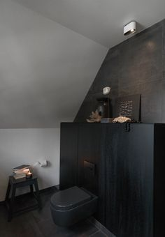 Black in black bathroom interior from Multiform. We especially like the black toilet. Bathroom Layout, Bathroom Interior, Black Toilet, Interior Architecture, Interior Design, New Toilet, Shower Inspiration, Inspiration Boards, Interior Inspiration