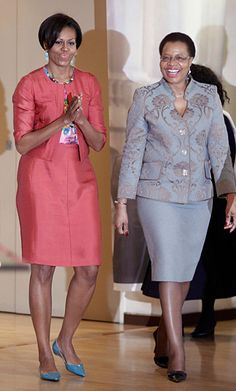 Obama's wife, Michelle Obama and Graca Machel, Nelson Mandela's wife. First Ladies with First-Class Hearts. Michelle Obama and Graca Machel are so empowering. Michelle Obama Fashion, Michelle And Barack Obama, Obamas Wife, Barack Obama Family, Unique Dresses, Posh Dresses, African Attire, Style And Grace, African Fashion
