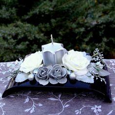 Černostříbrný+svícen+s+bílými+růžemi+Černostříbrný+vánoční+svícense+stříbrnousvíčkou+ve+tvaru+hvězdy,+dozdobenýbílými+růžemi+a+stříbrnými+minirůžičkami,+stříbrnýmikouličkami+a+bobulkami+načerné+lesklé+plastové+misce.+Rozzáří+každý+interiér.+Rozměry+svícnu:+cca+d.23+x+š.+13+x+v.+10+cm+Svíčka+o+průměru5cm,+v.5+cm+Nenechávejte... Ikebana, Farmer, November, Table Settings, Christmas Decorations, Crown, Floral Arrangements, Candles, Christmas