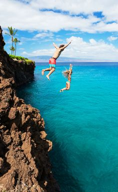 Cliff jumping in Hawaii!! Click through to read the top 10 things to do in Hawaii (Oahu)!