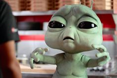 Alien com saudades de casa estrela novo comercial da Pizza Hut – assista aqui - Blue Bus