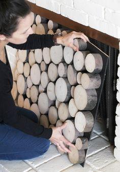 Dekoration aus echte Holzscheiben für Kaminumrandung