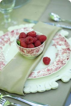 Gypsy Purple home. Raspberry Wedding, Red Raspberry, Table Setting Inspiration, Beautiful Table Settings, High Tea, Afternoon Tea, Tea Party, Red And White, Dishes