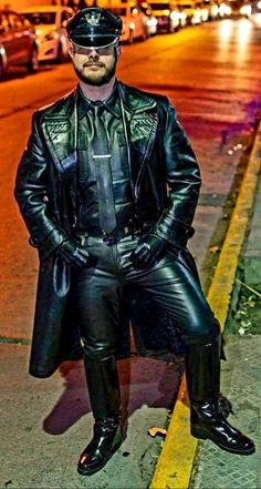 No comprise full-on Leather, night time Santiago, Chile. Mens Leather Pants, Leather Gloves, Vintage Leather, Black Leather, Leather Trench Coat, Hot Guys, Hot Men, Leather Fashion, Period