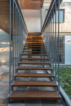 Image 9 of 28 from gallery of Casa SEKIZ / Di Frenna Arquitectos. Photograph by Felipe Reyes De La Madrid Contemporary Stairs, Modern Stairs, Contemporary Decor, Small House Design, Modern House Design, Sustainable Architecture, Residential Architecture, Steel Frame House, Modern House Facades