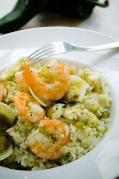 Delicioso platillo de arroz blanco con mariscos, ideal para cuando tienes antojo de varios mariscos ya que esta receta contiene almeja blanca, camarones y pescado, te encantará.