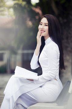 Hoa hậu Việt Nam 2012 khoe nhan sắc dịu dàng, tinh khiết đúng kiểu con gái miền Tây trong tà áo dài trắng nữ sinh, gợi nhớ những kỷ niệm của một thời cắp sách đến trường.