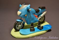 Fondant motorbike and snowboard Confirmation Cakes, Cookie Do, Skateboard Girl, Cookies Policy, Snowboarding, Motorbikes, Surfboard, Birthday Candles, Fondant