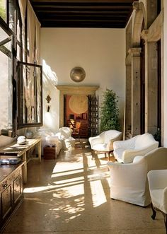\♥/♥\♥/ : As with much of the upholstered furniture in Axel Vervoordt's Venetian apartment, a neutral cotton was used on the loggia's chairs and sofas.