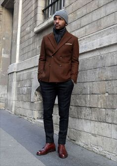 Street style: casual beanie w/ double breasted blazer and plaid trousers menstyle menswear lif… Double Blazer, Double Breasted Blazer, Brown Blazer, Brown Jacket, Brown Pants, Gentleman Mode, Gentleman Style, Mode Man, Navy Chinos