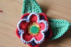 little woollie: flower brooch tutorial- wanna make one? Thanks so for tute xox Knitted Flowers, Fabric Flowers, Love Crochet, Knit Crochet, Mermaid Cookies, Do It Yourself Fashion, Freeform Crochet, Flower Applique, Flower Tutorial