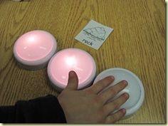 Tap light for each sound they hear in a word...phoneme segmentation! Usar lamparas de baterias para que el estudiante encienda la que indique del sonido inidica #fonologia (these could also be used as buzzers for a review game)