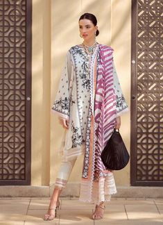 Pakistani Fashion Casual, Indian Fashion Dresses, Pakistani Dress Design, Pakistani Outfits, Pakistan Street Style, Eid Outfits, Lawn Suits, Kurta Designs, Traditional Outfits