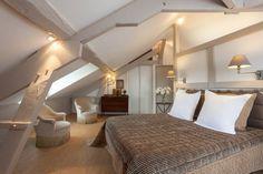 Un grand lit sous les combles