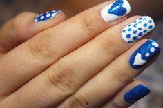 Nail art bolinhas e corações, azul e branco