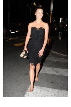 Charlotte Le Bon pieds nus et tranquilou à Cannes