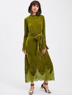 Модное бархатное платье с поясом и кружевной вставкой