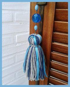 Colgantes para decorar puertas, ventanas, muebles o el lugar de tu casa que más te guste. Realizados a mano con lanas, cintas, dijes y piedras de distintos colores.<br /> <br /> También los hacemos a pedido. Elegí los colores que mejor combinen con tu hogar!<br />