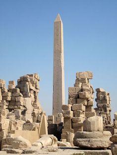 Obelisco de la Reina Faraón HATSHEPSUT en el Templo de Karnak. Construido por múltiples faraones entre los años 2200 y 360 a.C. siendo el Imperio Nuevo la etapa más importante de su ejecución.
