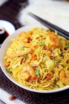 chinese food Singapore Chow Mei Fun - Simplifie and better than takeout Singapore chow mei fun recipe your whole family will love! Ready in 20 minutes from start to finish. Chinese Noodle Recipes, Easy Chinese Recipes, Chinese Mei Fun Recipe, Singapore Chow Mei Fun Recipe, Singapore Noodles Recipe, Mei Fun Noodles, Yummy Noodles, Asian Noodles, Pancit Recipe