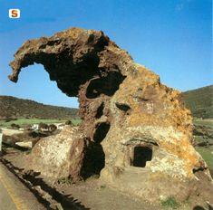 In Sardegna non abbiamo solo nuraghi, abbiamo anche rocce a forma di animali: questa è la roccia dell'elefante a Castelsardo! Elephant Photography, Ancient Mysteries, Ancient Ruins, Natural Structures, Cool Rocks, Sardinia Italy, Flat Earth, Rock Formations, Natural Wonders