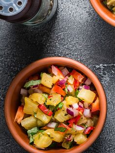 Serve this easy to make pineapple salsa over grilled chicken or fish tacos. Add in some pineapple, tomatoes, red onion and jalapeño. Toss with olive oil and garnish with cilantro. Tacos And Salsa, Salsa Salad, Fish Tacos, Seafood Recipes, Appetizer Recipes, Appetizers, Pinapple Salsa, Roasted Pineapple, Onion Jam