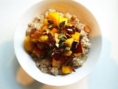 Breakfast : Cold vanilla and raisin oatmeal topped with a nectarine, mango and raisin fruit salad, a few toasted chopped nuts and a drizzle of honey. Delicious!