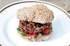Burger med rødbeter,sopp og valnøtter. Kansjke lage den med creme fraiche og chevre dressing