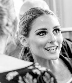 Olivia Palermo em abertura de loja na Alemanha: pele clean e uniforme, olhos bem marcados com esfumado preto até a ponta interna do côncavo.