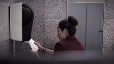 リアルタイム速報をトイレで印刷して配信!メキシコニュースサイトのタオルディスペンサー!