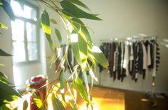 Παρουσίαση ρούχων σε Βohimian chic σκηνικό για την εταιρία Sisley. Δείτε περισσότερα έργα μας στο http://www.artease.gr/interior-design/emporikoi-xoroi/