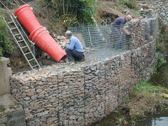 high gabion wall in construction Gabion Retaining Wall, Building A Retaining Wall, Landscaping Retaining Walls, Backyard Landscaping, Sloped Backyard, Sloped Garden, Terraced Patio Ideas, Terraced House, Ideas Cabaña