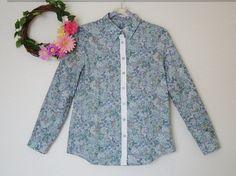 (約)肩幅42㎝ 袖丈57㎝ 着丈66㎝ 胸囲49㎝生地はLIBERTYとなっております。青と緑の花柄のブラウス*シンプルなデザインなので、パンツにもスカート...|ハンドメイド、手作り、手仕事品の通販・販売・購入ならCreema。